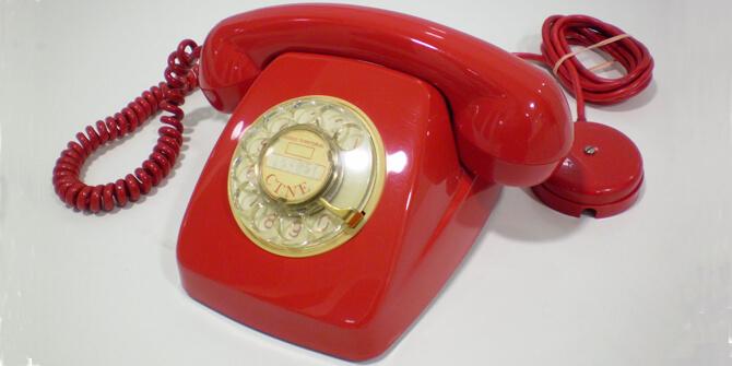 Teléfono rojo vintage de estilo antiguo