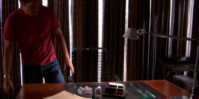 Lámpara Tolomeo de sobremesa aparece en la serie Dexter