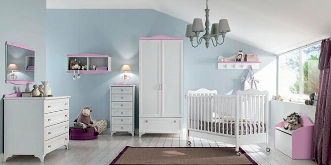 Dormitorio infantil con cuna blanca estilo shabby chic