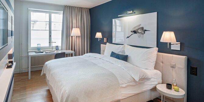 Dormitorio relax con luminarias de Flos
