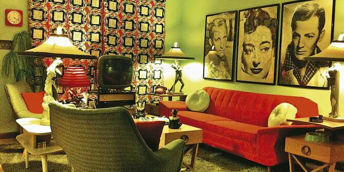 Salón con productos vintage estilo pop art tonos verdes y rojos