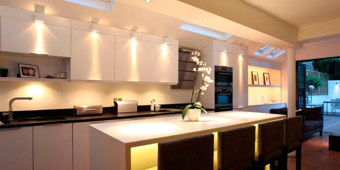 Iluminar armarios de cocina con focos