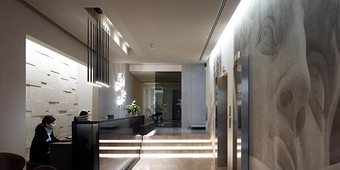 Lámpara slim instalada en hotel Glance