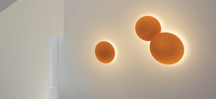 Lámpara techo o pared Puck acabada en color naranja de Vibia