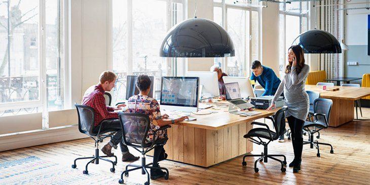 como-iluminar-mesa-trabajo-oficina